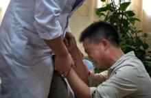 ภาพสะเทือนอารมณ์ พ่อคุกเข้าขอร้องหมออย่าหยุดรักษา หลังกู้เงินมาช่วยลูกชายที่ป่วย