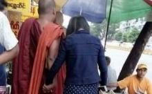 แชร์สนั่นพระเดินจับมือผู้หญิง!!! ช๊อปปิ้งตลาด