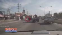 เตือนภัยผู้ขับขี่จักรยานยนต์ !! เจอรถพ่วงเฉียวล้มทับร่างเละ(คลิป)