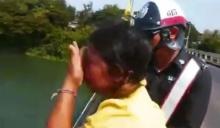 ตำรวจบุกช่วยหญิงคิดสั้น พร้อมให้เงินกลับบ้าน