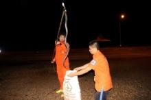 ผงะ เด็ก 4 ขวบร้องลั่น งูเห่าดงหนีฝนเข้าบ้าน-ชูคอขู่ฟ่อ จนท.กู้ภัยจับทุลักทุเล