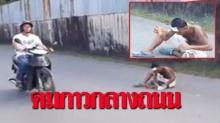 เห็นแล้วสลดใจ! ชายนั่งดมกาวกลางถนนเมืองภูเก็ต รถขับผ่านไปมาหลบกันวุ่น!