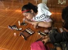 โซเชียลแห่แชร์ สาวน้อยวัย 17 พิการ แต่กลับใช้ชีวิตปกติ ใช้เท้าแต่งหน้า