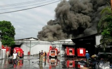 คุมเพลิงได้แล้ว!! โรงงานผลิตเสื่อน้ำมันรายใหญ่ สมุทรสาครเกิดเหตุไฟไหม้ เสียหาย 100 ล้าน