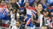 """ปีติ """"พระองค์หญิงฯ"""" ทรงชูป้ายไฟ """"ไทยแลนด์"""" ประทานกำลังใจนักมวยไทยถึงขอบสนาม"""
