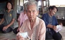 สุดทึ่ง!!! พบคุณยาย 6 แผ่นดิน!! อายุยืน 107 ปี  ยิ้มแย้มแจ่มใส แข็งแรงมาก!! (มีคลิป)
