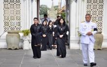 เผยภาพ พระราชชนนีของกษัตริย์จิกมีแห่งภูฏาน ทรงวางพวงมาลาถวายราชสักการะพระบรมศพ