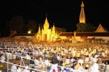 ไทย-ลาวนับหมื่น นุ่งขาว ร่วมสวดมนต์ข้ามปี บูชาพระธาตุพนม
