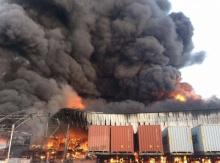 ระทึก! อพยพ 2 พันชีวิตหนีตาย ไฟไหม้โรงงานถุงมือแพทย์ฉีดน้ำ 3 ชม. ยังคุมเพลิงไม่ได้
