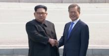 ภาพประวัติศาสตร์! 2 ผู้นำเกาหลีจับมือเดินข้ามเส้นแบ่งเขต
