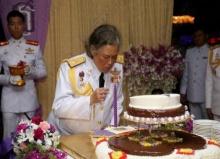 สมเด็จพระเทพฯ ทรงเป่าเค้ก วันคล้ายวันพระราชสมภพ