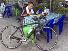 ผบ.ตร.ถอดเครื่องแบบ สวมบทนักปั่นจักรยาน นั่งกินข้าวข้างทาง ธรรมด๊า ธรรมดา