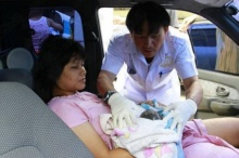 ช่วยสาวท้องคลอดลูกบนรถ จราจรติดหนักไปรพ.ไม่ทัน