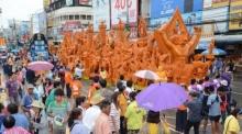 แห่เทียนโคราชคึกคัก ชาวไทย-ต่างชาติ ชมขบวนแห่ 43 วัด อย่างล้นหลาม