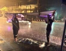 ภาพประทับใจ 2 กู้ภัยช่วยดูแลร่างผู้เสียชีวิต ขณะฝนตกหนัก