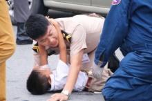 ประทับใจ!! ทหารเรือ โผกอดปลอบเด็กชายถูกรถชนยายเสียชีวิต!!