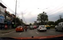 กระเด็นกระดอน!!จะสงสารหรือสมน้ำหน้าดี โจ๋ถีบรถแท็กซี่จนเป็นแบบนี้..(คลิป)