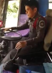 ตำรจฮีโร่!! ขับรถทัวร์ส่งผู้โดยสารหลังคนขับเป็นลม(คลิป)