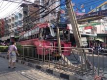 รถเมล์สาย 122 เสียหลักพุ่งชนเสาไฟฟ้า เสียหายหลายต้น