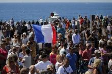 ผู้คนแห่ไว้อาลัยเหยื่อผู้เสียชีวิตจากเหตุก่อการร้ายวันชาติฝรั่งเศสที่เมืองนีซ