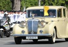 รัชกาลที่10 เสด็จพระราชดำเนินโดยรถยนต์พระที่นั่ง ไปยังพระบรมมหาราชวัง
