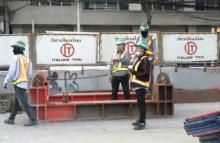 โดนแล้ว!!! รฟม.ขู่ ลงโทษผู้รับจ้างสร้างรถไฟฟ้า หลังสะเพร่าทำแท่งเหล็กตกใส่รถ