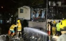 หนีตายอลหม่าน!! ไฟไหม้ชุมชนคลองเตย เผาวอดกว่า 10 หลัง ไฟคลอกหญิงชรา!