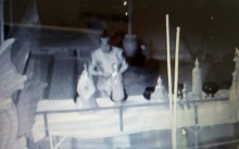 กล้องวงจรปิดจับภาพชัด! หญิงแก่สวมชุดไทยโบราณ กำลังทำบางสิ่งในวัด?! (คลิป)