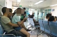 ว้ายยย!! หนุ่มใหญ่นั่งล้วงกางเกงดญ.ในโรงพยาบาล ต่อหน้าต่อตา