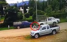 วินาทีสลด!! เด็ก 15 ถอยกระบะชนชาวบ้าน ลากเข้าใต้ท้องรถ!! (มีคลิป)