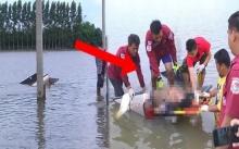 ชาวบ้านแตกตื่น!! สุนัขเห่าเสียงดังลั่น ออกไปดู เจอกระบะจมน้ำท่วมมิดคัน รีบเข้าไปช่วย เจอภาพสะเทือนใจ