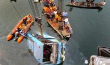 รถบัสอินเดียตกสะพานลงแม่น้ำ ดับ 36 ศพ ชาวบ้านเดือดเผารถตร.วอด
