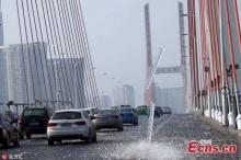 ระทึก ! นาทีหอกน้ำแข็งพุ่งใส่รถบนสะพาน ทำกระจกแตกกว่า 30 คัน
