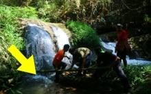 ครูหนุ่มพานักเรียนดำน้ำหาปลา จู่ๆหายตัวไปใต้น้ำตก เมื่อรู้ใต้น้ำมีอะไร? ทำเอาผวาทั้งหมู่บ้าน!!