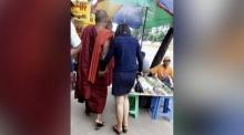 เช็กก่อนแชร์ : ภาพพระจูงมือหญิงสาว เหมาะสมหรือไม่?