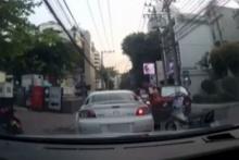 กร่างไปอีก!!! ด่ายับวิน จยย. สุดถ่อย เตะรถชาวบ้านหลังโดนบีบแตรใส่!!!(มีคลิป)