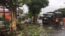 รถทหารยางระเบิด! ลื่นฝนปราจีนฯ พุ่งอัดต้นไม้หน้าพังยับ เจ็บยกคัน 6 นาย