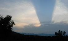 อัศจรรย์!แสงสีน้ำเงิน เหนือท้องฟ้าป่ากุยบุรี สถานที่บวงสรวงตัดไม้จันทน์หอมสร้างพระโกศ