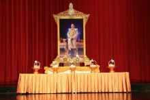 สมเด็จพระเจ้าอยู่หัว พระราชทานกระเช้าของขวัญแก่ ขรก.กรมศิลป์-จิตอาสา ผู้ก่อสร้างพระเมรุมาศฯ