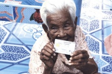 'แม่เฒ่า'อายุ103ปีดีใจสุดๆ ได้บัตรปชช.ใบแรกในชีวิต