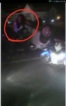 ชาวเน็ตสะพรึง!!! ภาพสาวปริศนาปรากฏข้างรถ หลังกระบะพลิกคว่ำ ?