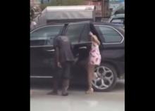 รถหรูแล้วไง? นี่คือสิ่งที่สาวหน้าตาดีขับ BMW ทำกับคนแก่ ขาเจ็บ กำลังจะข้ามถนน