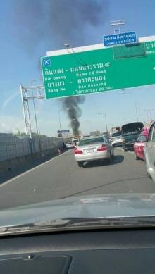 ไฟไหม้รถตู้โดยสารติดแก๊ส วอดทั้งคัน บนทางด่วนพระราม 6