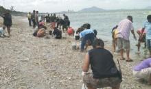แห่เก็บปลาตายเกลื่อนหาดบางแสน คนละหลายสิบกิโลฯ นักวิชาการแจงปรากฏการณ์!!