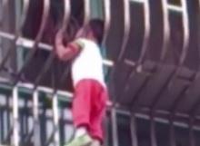 ระทึก! เพื่อนบ้านปีนช่วยเด็ก4ขวบ หัวติดลูกกรงห้อยคาระเบียง!!!