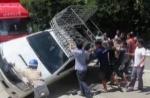 คนไทยไม่แล้งน้ำใจ!! กระบะพลิกคว่ำ..ก่อนที่ชาวบ้านจะมาช่วยกันแบบนี้