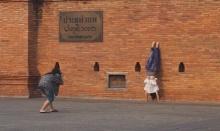 โผลอีกสาวจีนทำพิเรน ตีลังกา หกสูงเท้าชี้ฟ้าพิงประตูเมืองเชียงใหม่ถ่ายภาพ