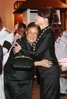 สายใยพี่น้อง...สมเด็จพระเทพฯ ทรงไหว้-สวมกอด ทูลกระหม่อมหญิงอุบลรัตน์ฯ