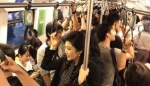 """""""ยิ่งลักษณ์"""" โผล่ขึ้นรถไฟฟ้าชั่วโมงเร่งด่วน ประชาชนแห่ทำแบบนี้กับเธอ!!"""