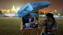 ภาพนี้เป็นที่สุดความรู้สึกคนไทย!! มอบรางวัลภาพยอดเยี่ยม คืนฝนตก หญิงสาวยืนกางร่มบังพระบรมฉายาลักษณ์ในหลวง ร.9